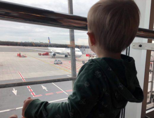 Fliegen mit Kindern – Wenn das Anschnallen zu einer Krise führt