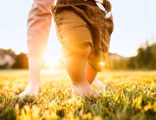 Wann lernen Kinder laufen? Babys erste Schritte